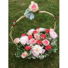 Lillekorv roosidega ja pojengidega